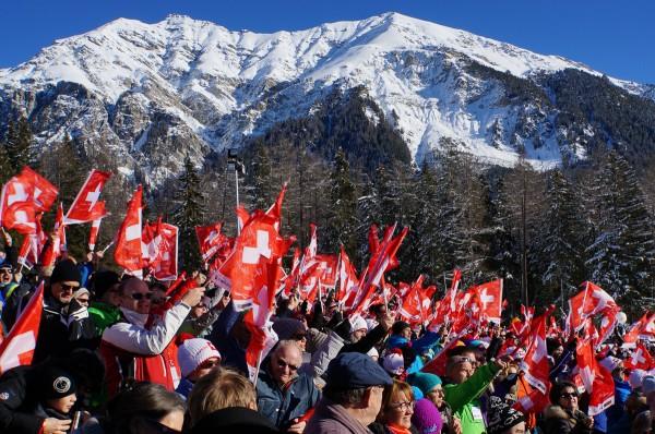 Schweizerfahnen und Berge