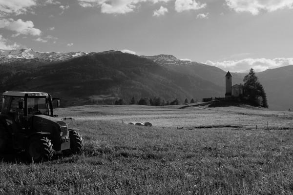 Traktor und Kirche