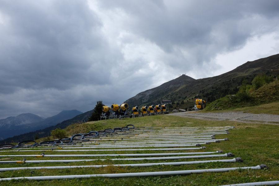 Bei der Alp Lavoz liegt die Gerätschaft bereit, um mit dem Helikopter auf die Pisten gefolgen zu werden
